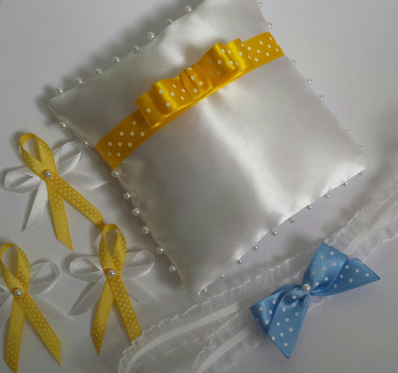 Bílý polštářek se žlutou puntíkatou mašličkou - Obrázek č. 1