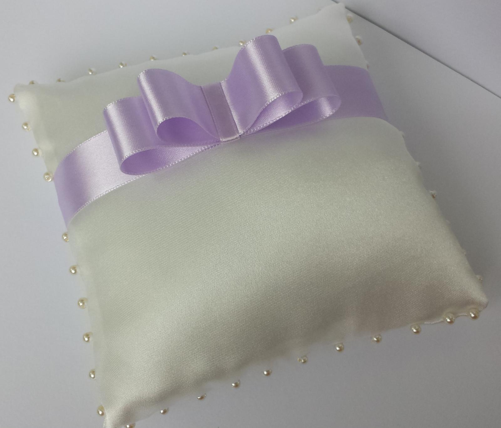 Ivory polštářek pod prstýnky s lila mašličkou - Obrázek č. 1