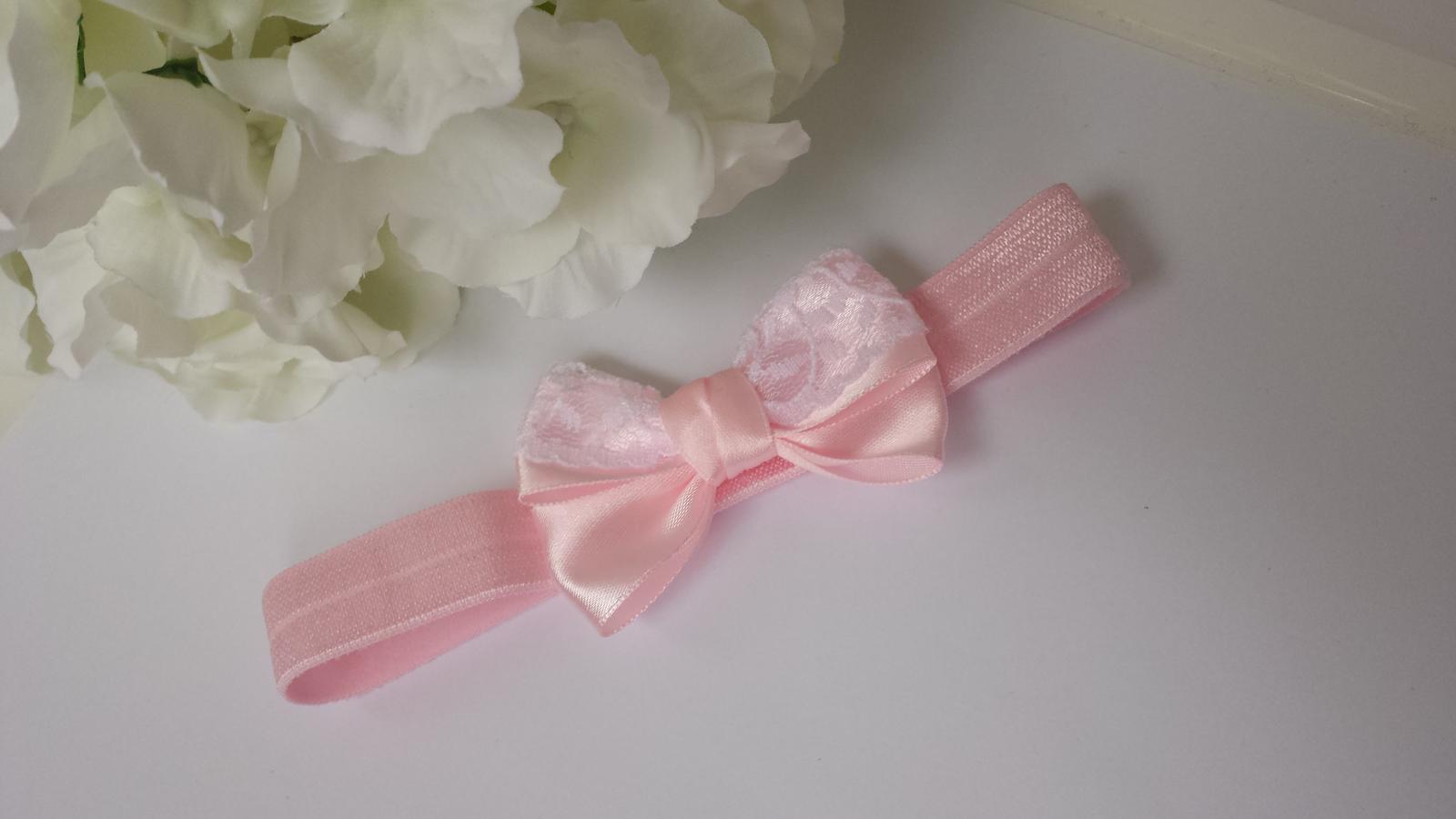 Růžová čelenka s mašlí a krajkou - Obrázek č. 1