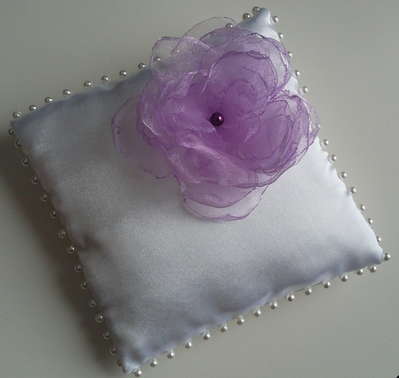 Bílý polštářek pod prstýnky-květinka lila - Obrázek č. 1