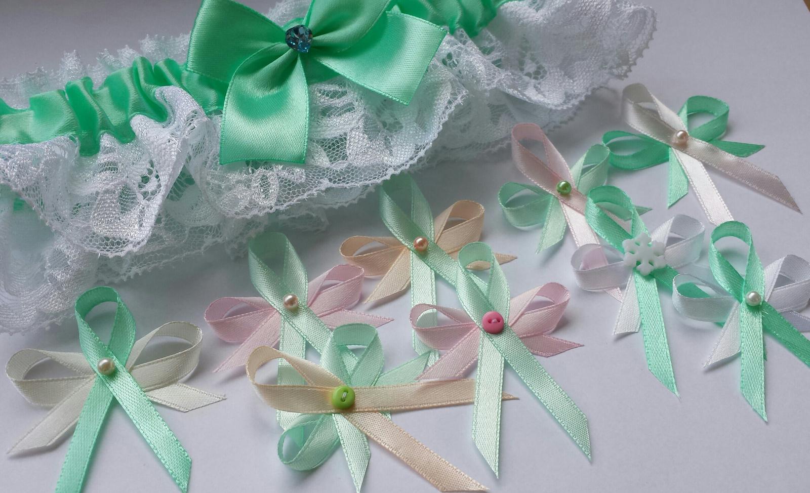 Bílý polštářek pod prstýnky - květinka zelenkavá - Obrázek č. 2