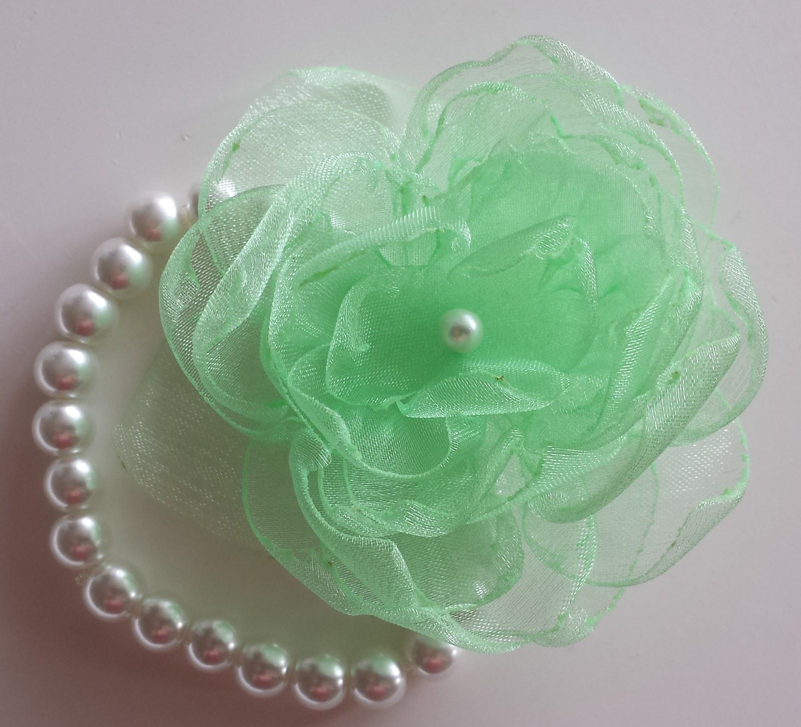 Bílý polštářek pod prstýnky - květinka zelenkavá - Obrázek č. 4