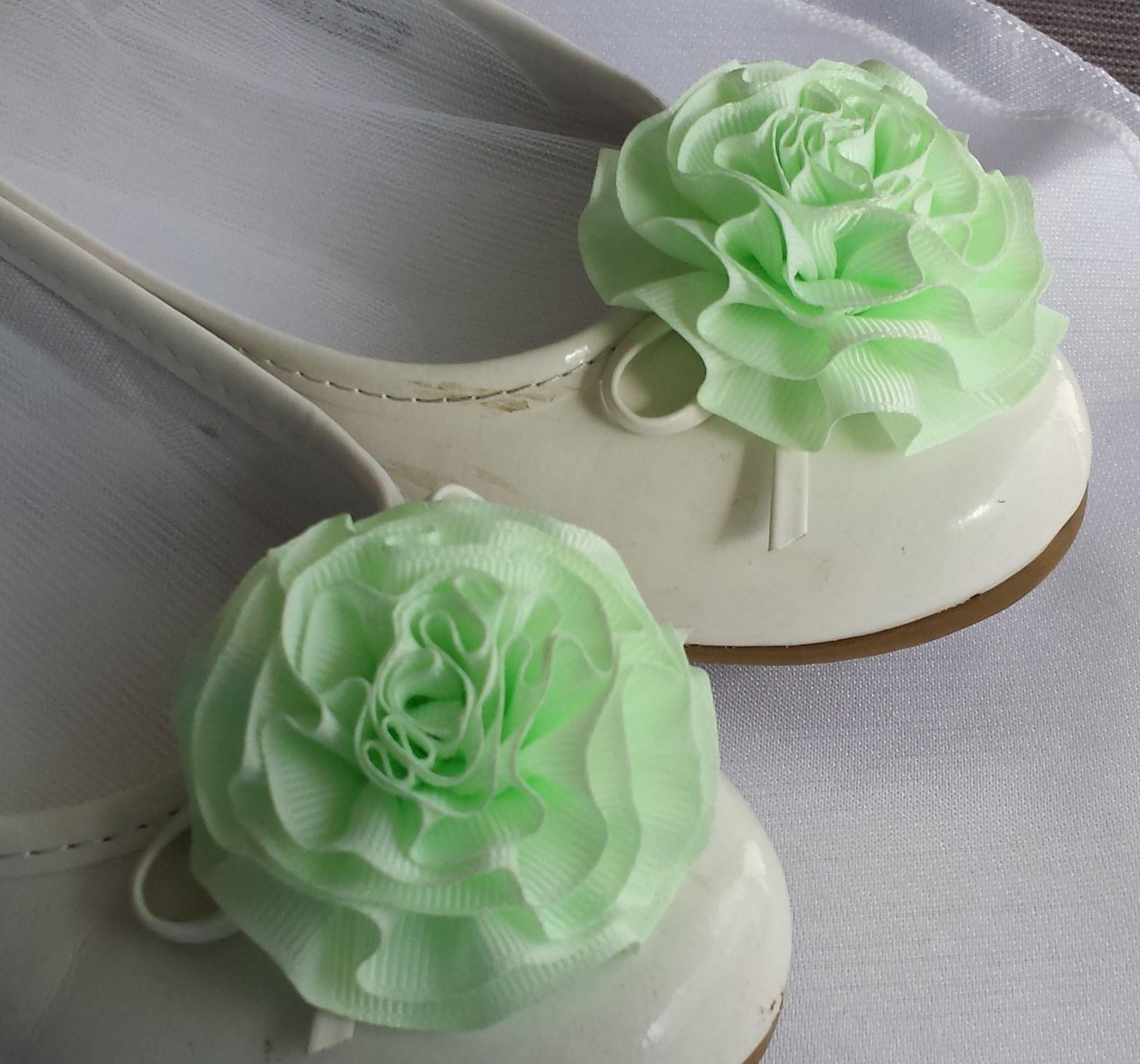 Klipy na boty pro nevěstu s zelenkavou květinkou - Obrázek č. 1