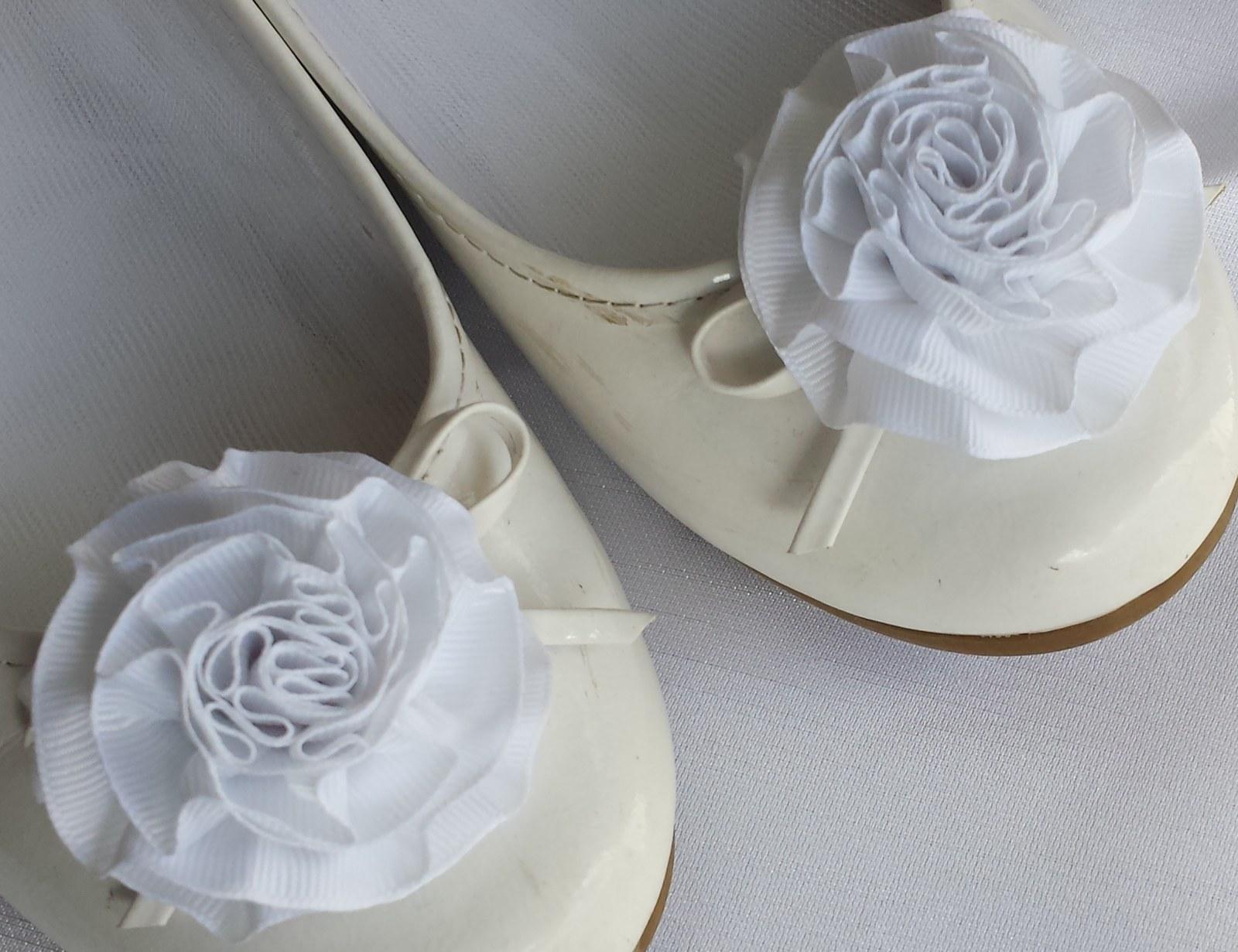 Klipy na boty pro nevěstu s bílou květinkou - Obrázek č. 1