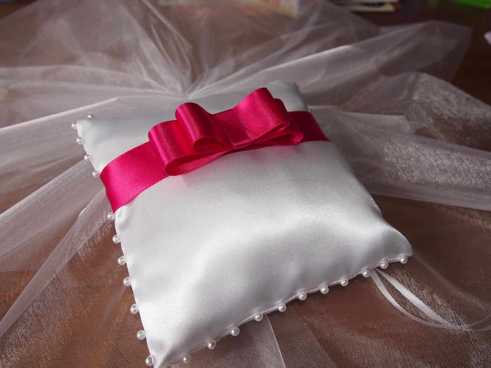 Bílý polštářek pod prstýnky s malinovou mašličkou - Obrázek č. 1
