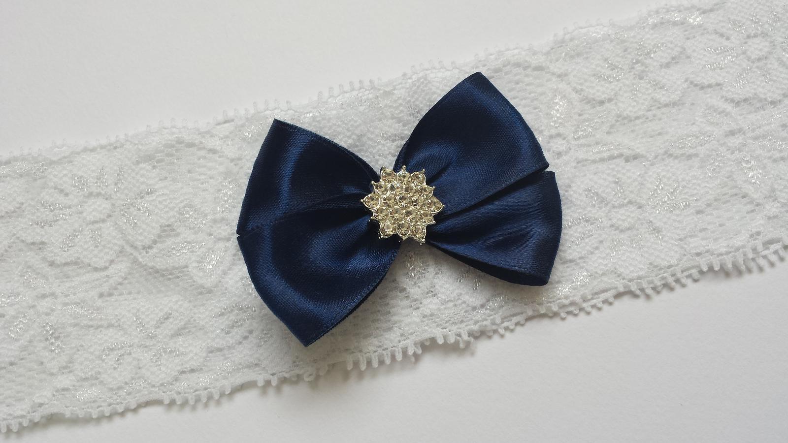 Bílý krajkový podvazek s tmavě modrou mašličkou - Obrázek č. 1