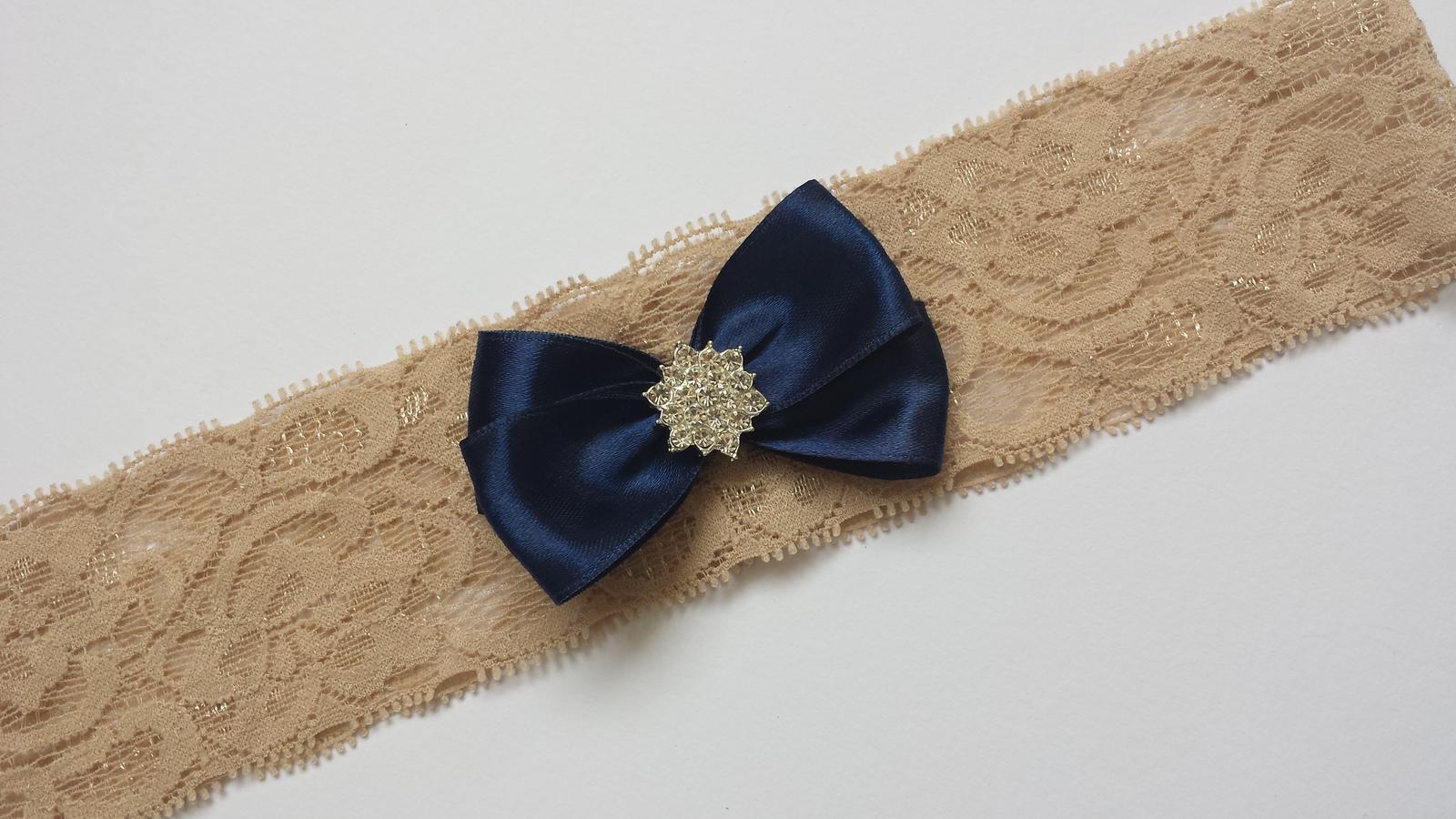 Fialový krajkový podvazek s mašličkou - Obrázek č. 3