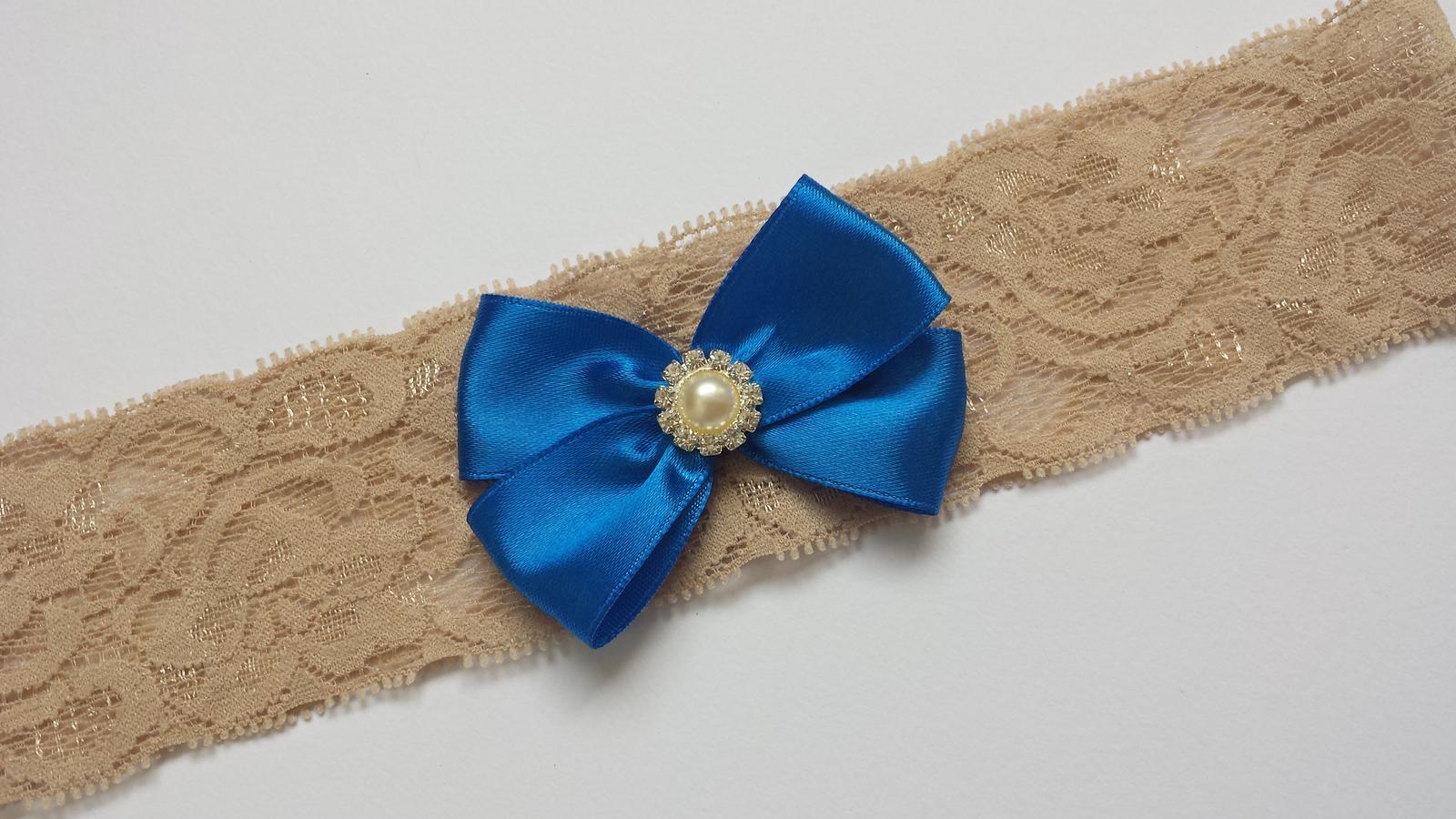 Krajkový béžový podvazek s tm.modrou mašličkou - Obrázek č. 1