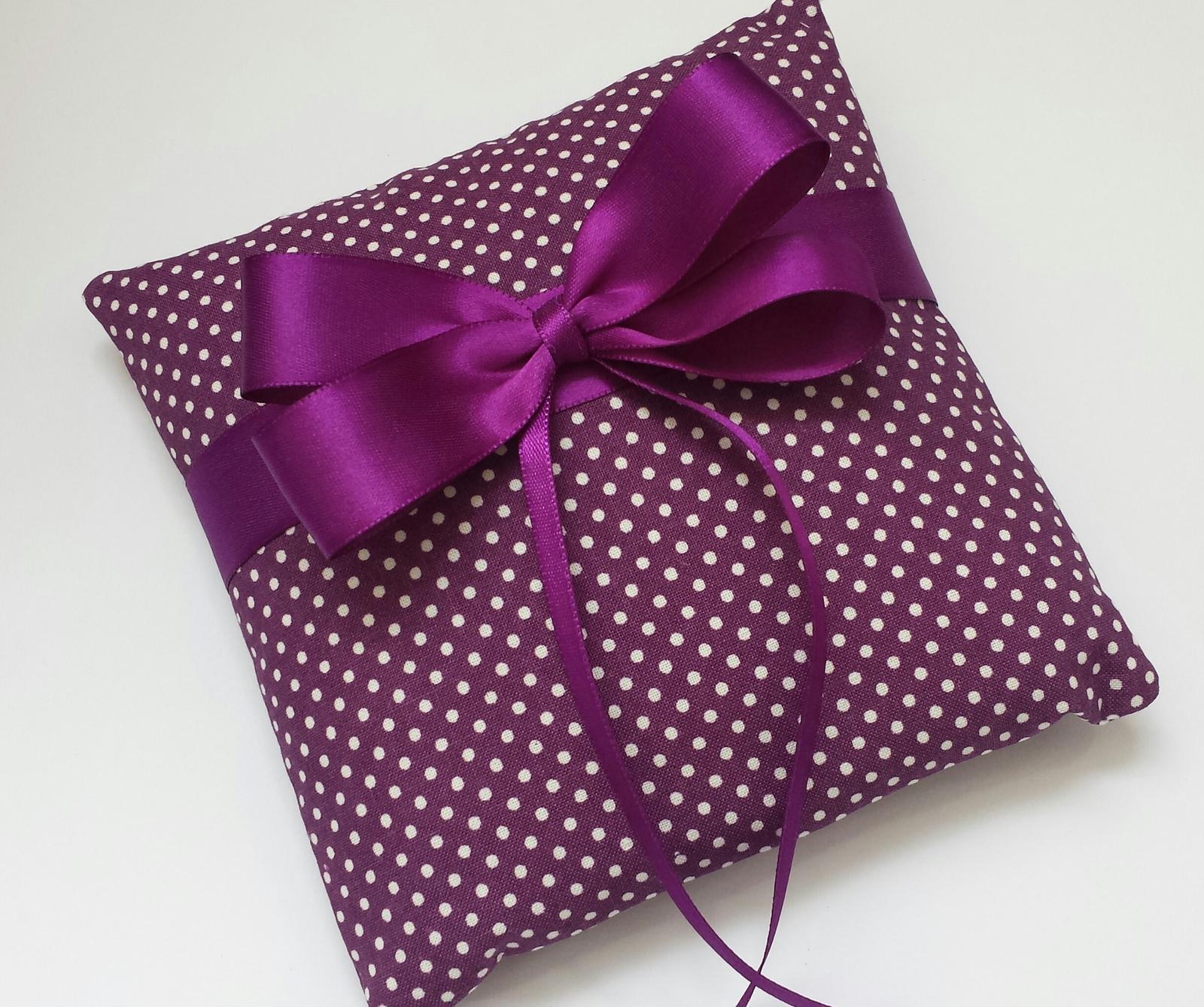 Tmavě fialový polštářek pod prstýnky s mašličkou - Obrázek č. 1