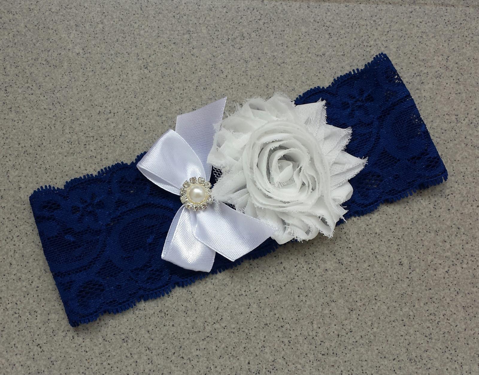 Krajkový tmavě modrý podvazek s mašlí a květinkou - Obrázek č. 1