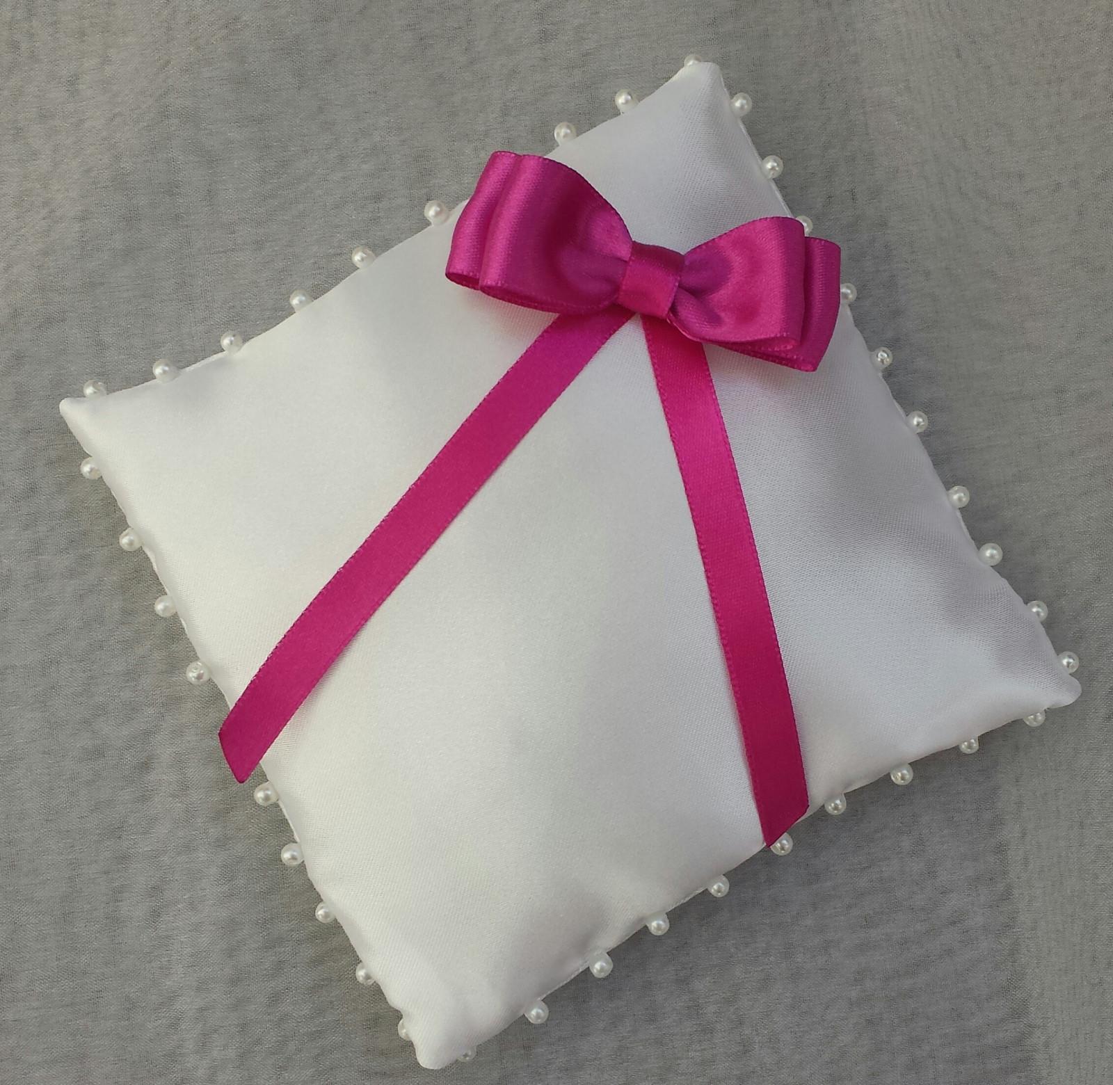 Bílý polštářek pod prstýnky s fuchsiovou mašličkou - Obrázek č. 1
