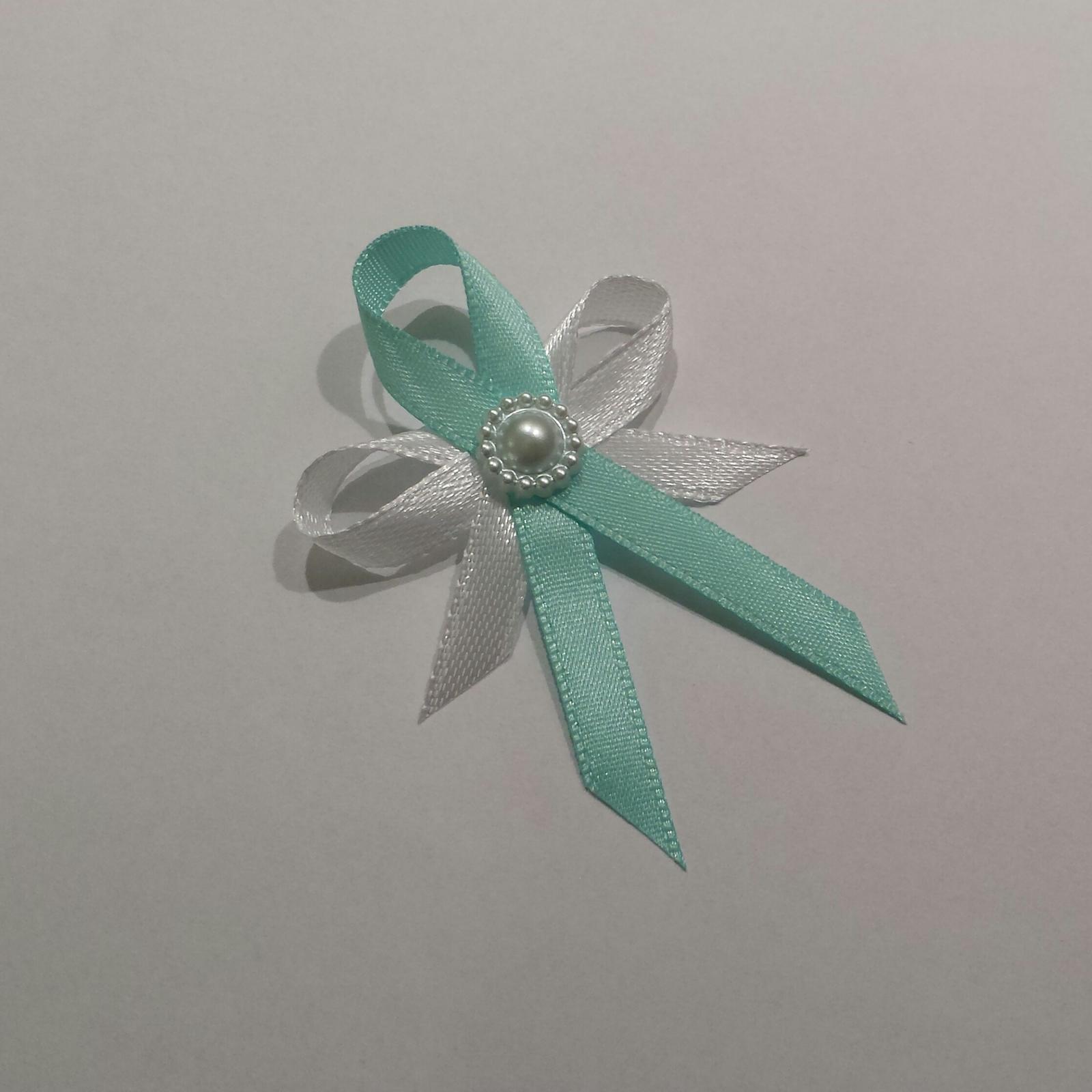 Tiffany blue vývazky s perleťovou brožičkou - Obrázek č. 1