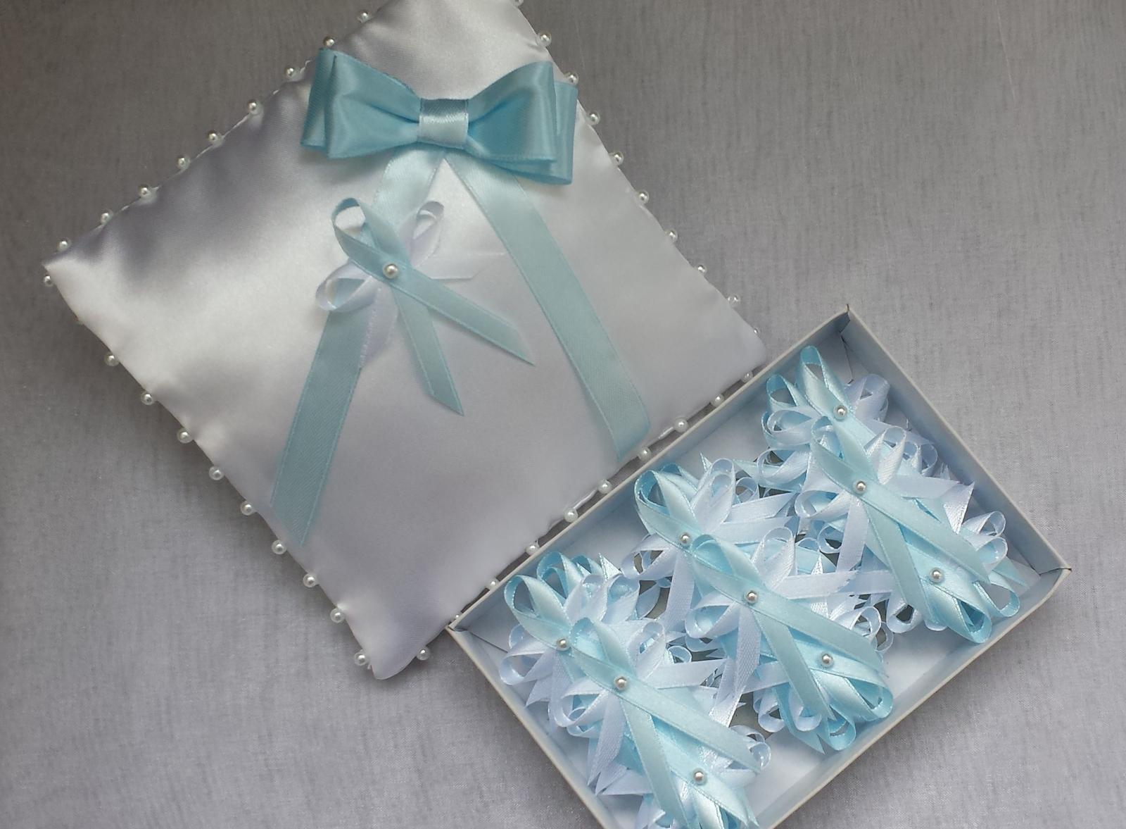 Bílý polštářek pod prstýnky s modrou mašličkou - Obrázek č. 1