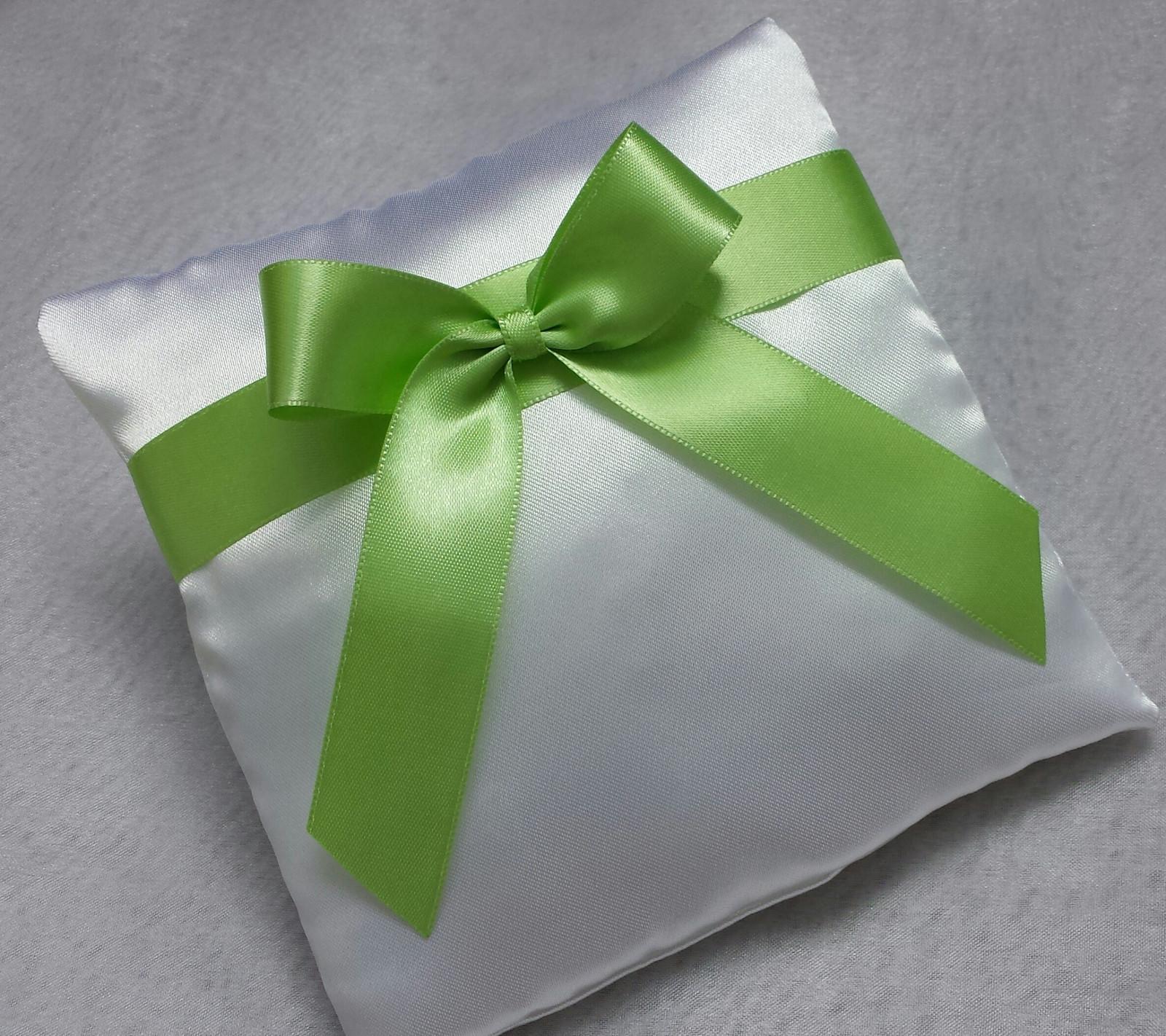 Bílý polštářek pod prstýnky se zelenkavou mašlí - Obrázek č. 1