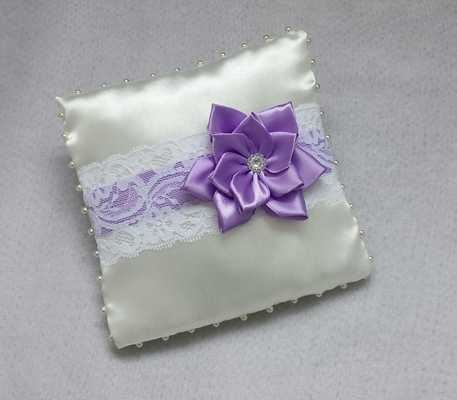 Luxusni ivory polštářek s lila kanzashi a krajkou - Obrázek č. 1
