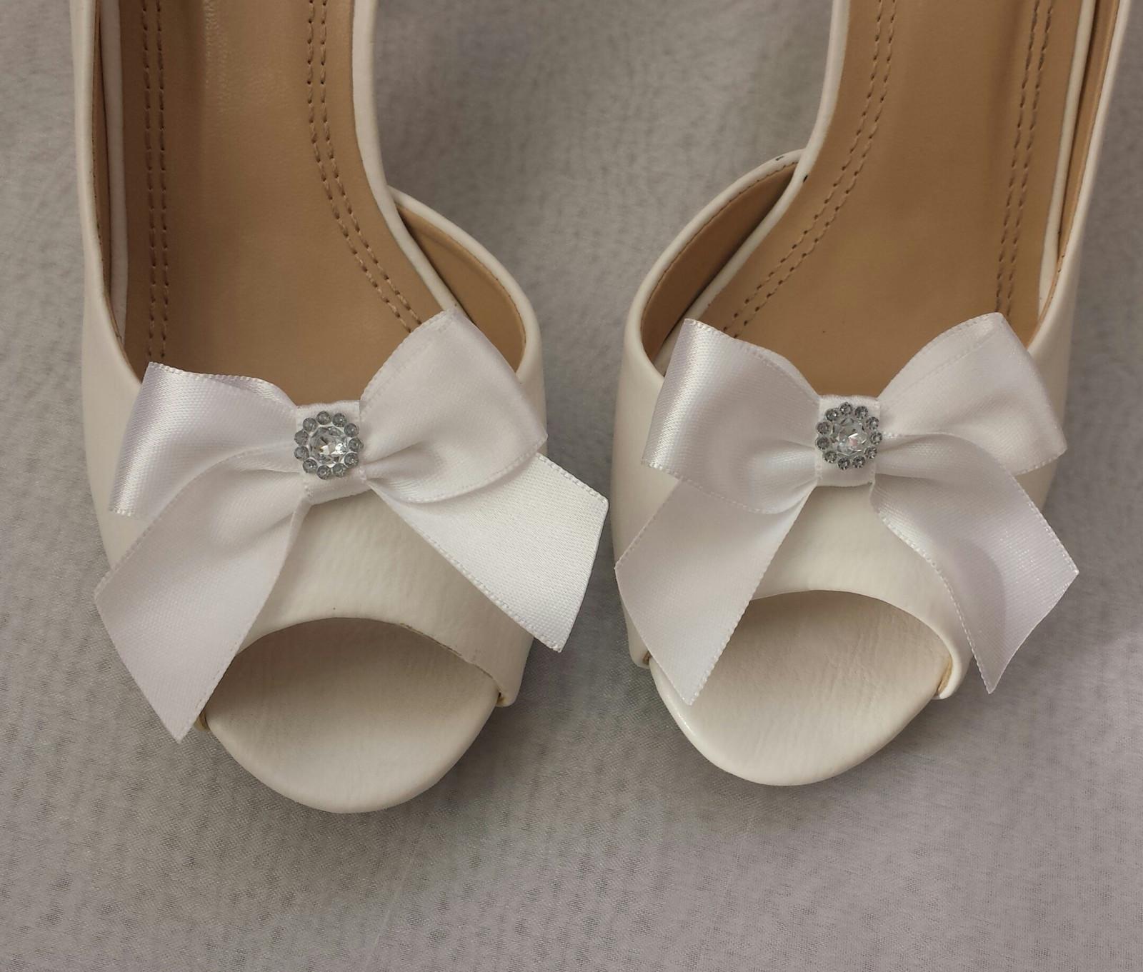 Klipy na boty s bílou mašličkou a brožičkou - Obrázek č. 1