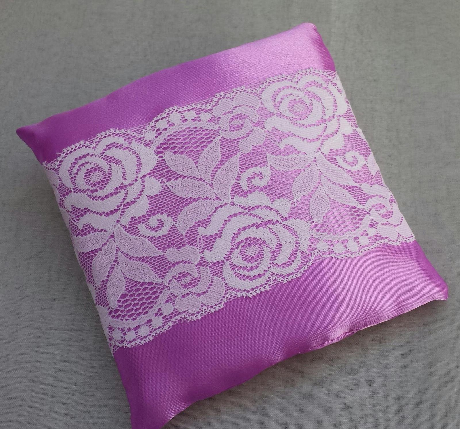 Růžovofialový svatební polštářek s krajkou SLEVA - Obrázek č. 1
