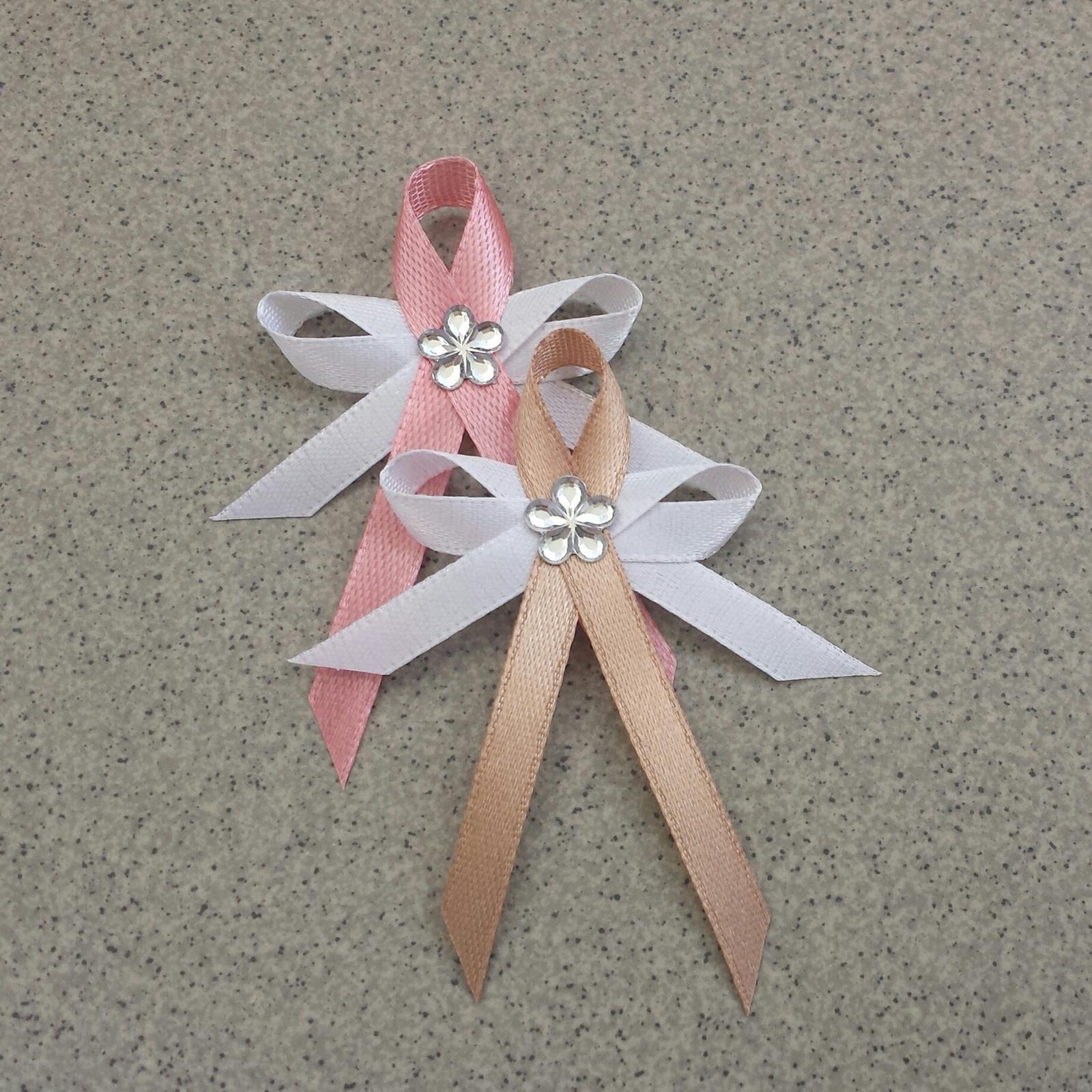 Růžové vývazky s květinkou - Obrázek č. 1
