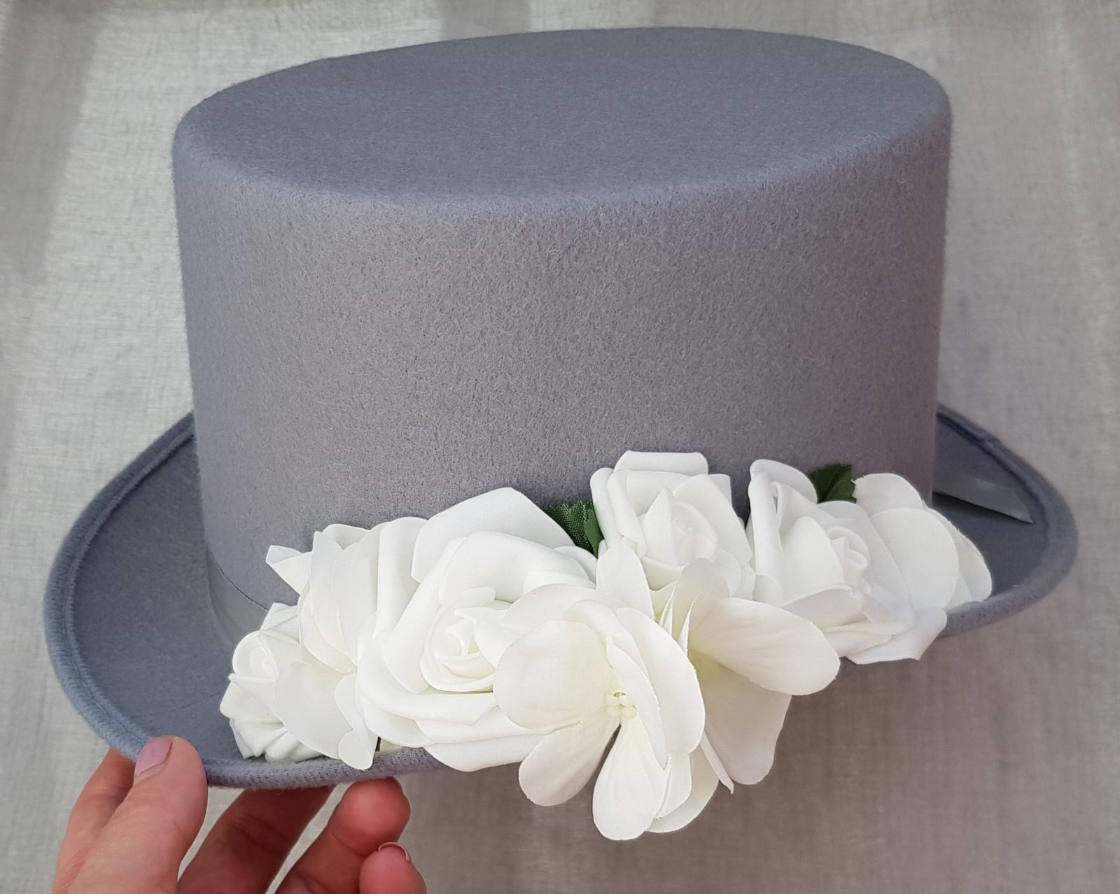 Šedý cylindr na svatební auto - růže/hortenzie - Obrázek č. 1