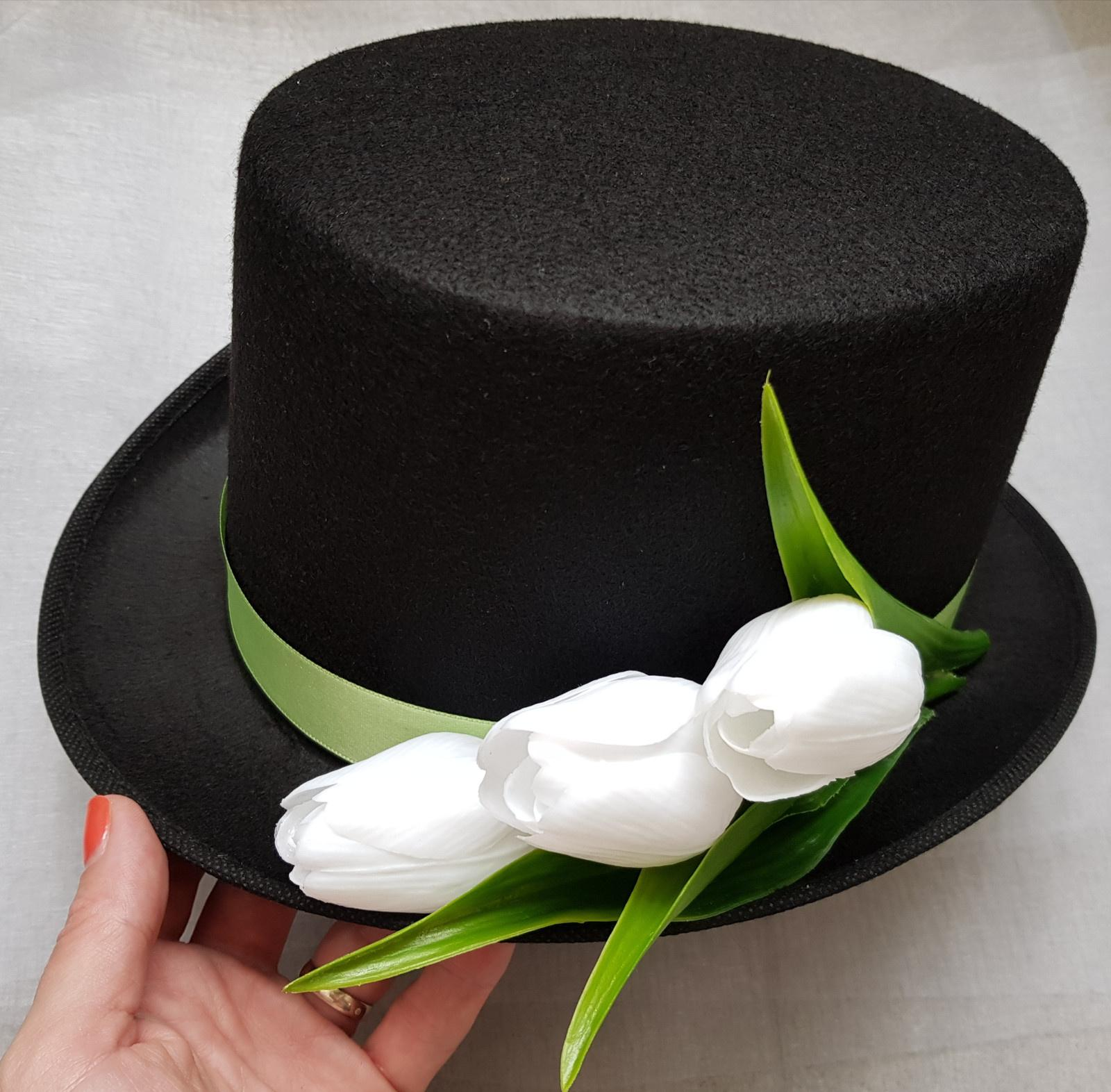 Černý cylindr na svatební auto - tulipany - Obrázek č. 1