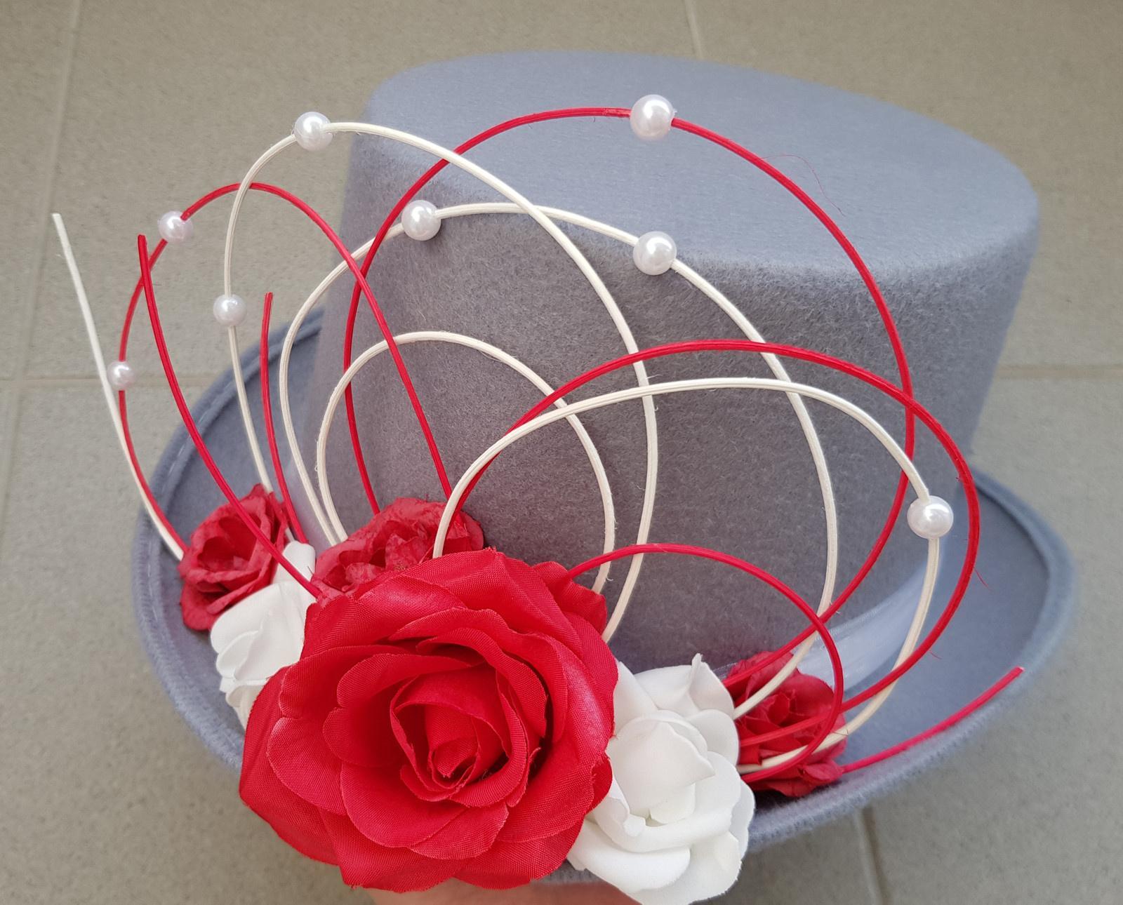 Šedý cylindr na svatební auto - růže - Obrázek č. 1