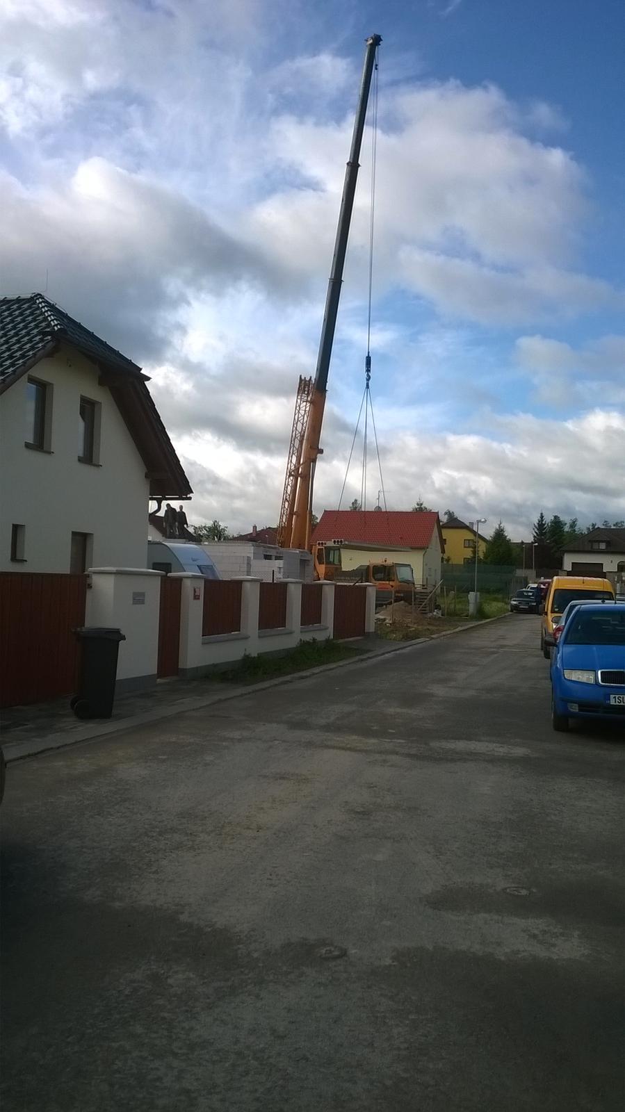 Stavba pasivního domu - Usazování stropních panelů.