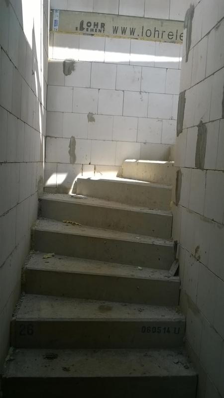 Stavba pasivního domu - Betonové schodiště zakřivené pro bezpečí našich dětí.