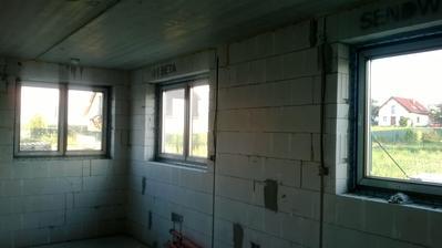 Hurá, máme okna. Ještě sundat ochrannou folii, ale na to je čas, aby se při dokončovacích pracech nepoškrábaly.