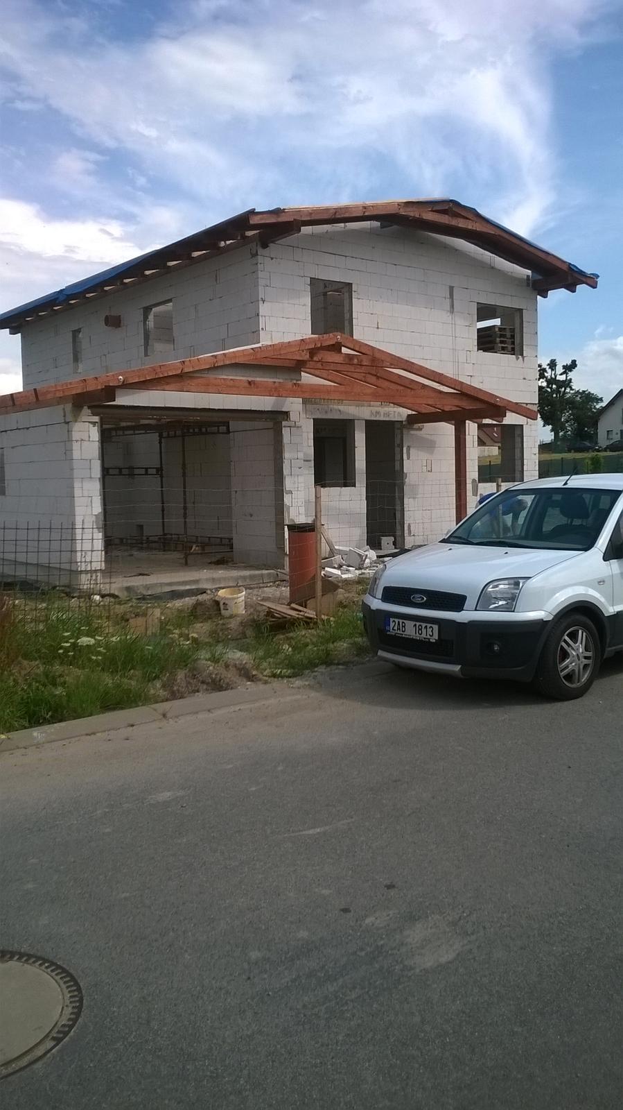 Stavba pasivního domu - Pohled z ulice, hotové krovy.