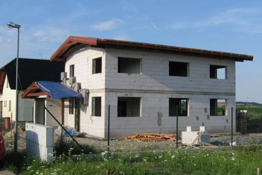 Stavba pasivního domu - Maká se na střešních izolacích. Jelikoz je to pasiv,mame podkrokevní a mezikrokevní.