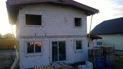 Usazování předsazených oken.Tímto systémem se eliminují tepelné mosty na minimum