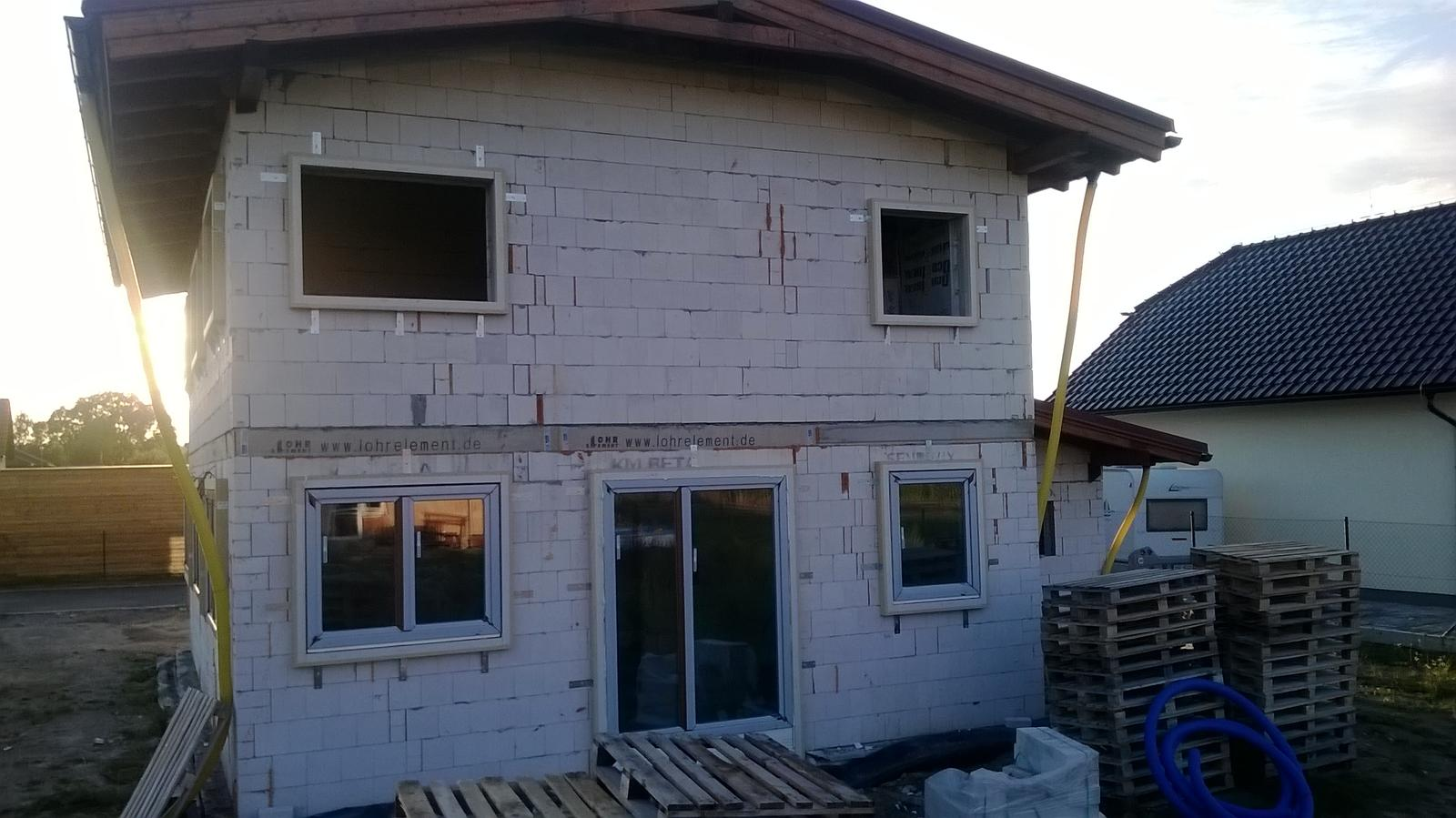 Stavba pasivního domu - Usazování předsazených oken.Tímto systémem se eliminují tepelné mosty na minimum