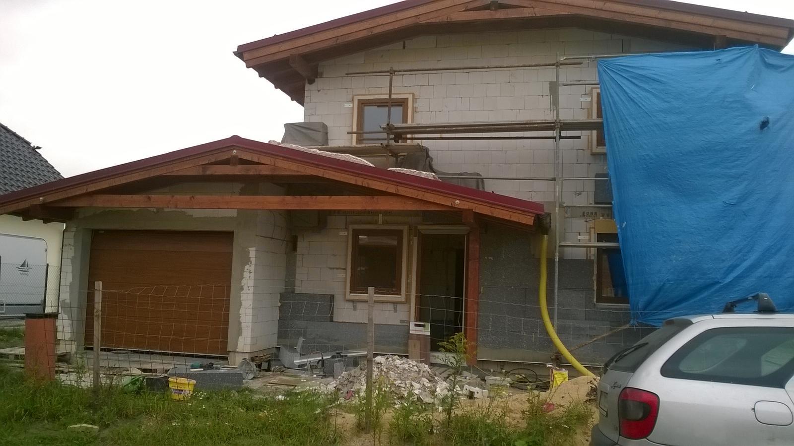Stavba pasivního domu - Dorazila garážová vrata.Napodruhé. Pracuje se na venkovních izolacích.