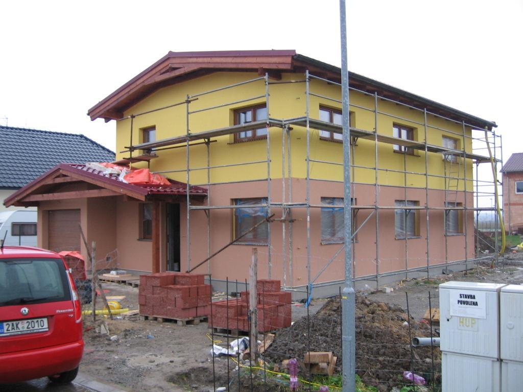 Stavba pasivního domu - A fasáda. Máme probarvenou omítku.Vyjde sice docela draho,ale nemusí se obnovovat.