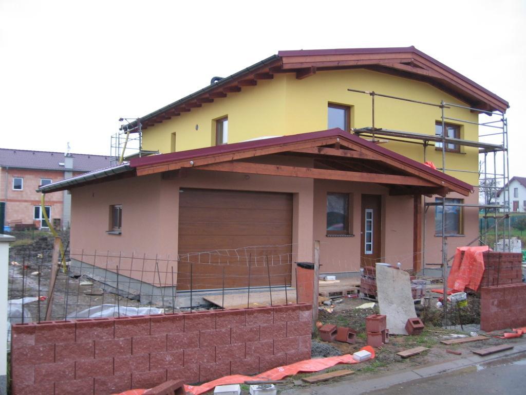 Stavba pasivního domu - Plot. Původně jsme uvažovali nad mixem podzim, ale bylo to tak divně flekaté, takže jsme zvolili jednobarevnou variantu.
