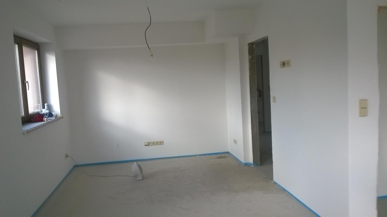 Stavba pasivního domu - Obývák... sušíme jak vzteklí,aby vysychaly anhydridy a mohly se dokončit podlahy.
