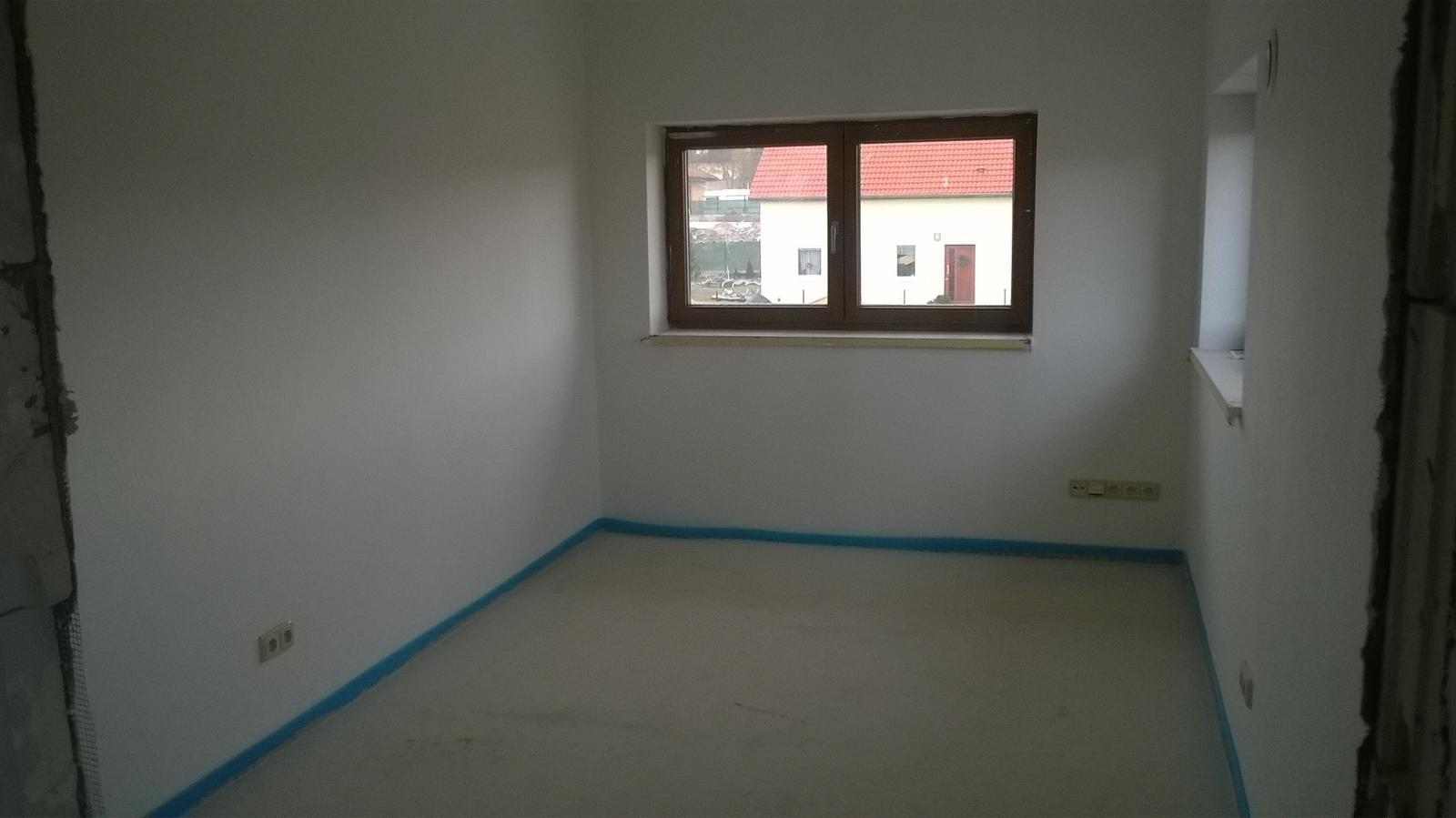 Stavba pasivního domu - Pokojíček pro dceru. Myslíte, že by šlo udělat jednu stěnu růžovou a  dvě šedé? Tu růžovou bych dala s bílými puntíky.