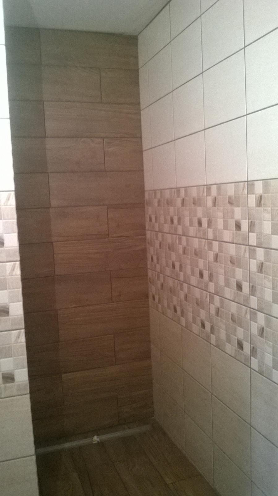 Stavba pasivního domu - Sprcha. Panel bude umsítěn z boku, aby voda necákala na skleněné dveře. Je to lepší na údržbu (od ségry vím, že vodní kámen se ze skla špatně odstraňuje).