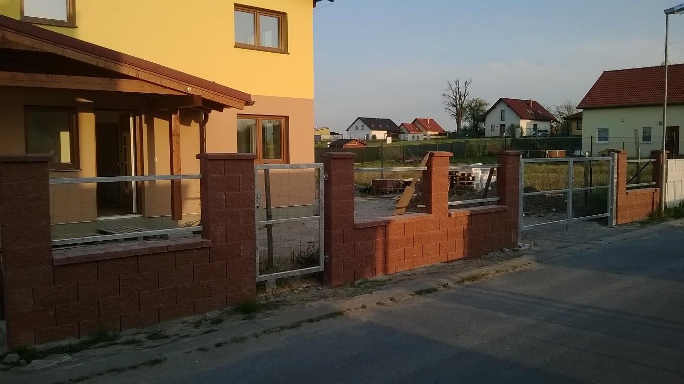 Stavba pasivního domu - Zámečnické práce na plotě hotové. A teď zase čekáme, až budou hotové chodníčky, aby manžel trefil správnou velikost planěk. Musí se přivrtat tak, aby nedrhly ani nebyla dole škvíra, kterou by mohl utíkat pes :-/