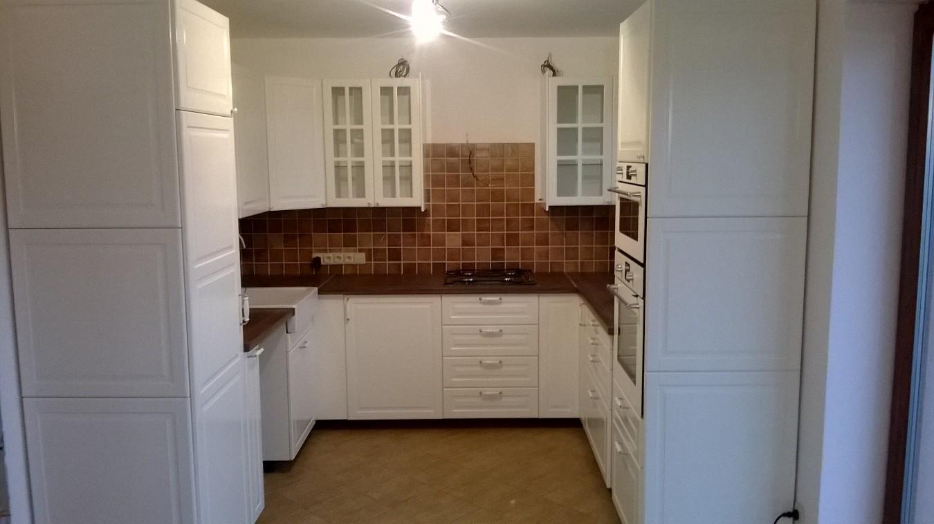 Stavba pasivního domu - Kuchyň téměř hotová. Čekám na myčku a lednici, odsavač bude také bílý, namontujeme až po přivrtání lišt a montáži osvětlení.