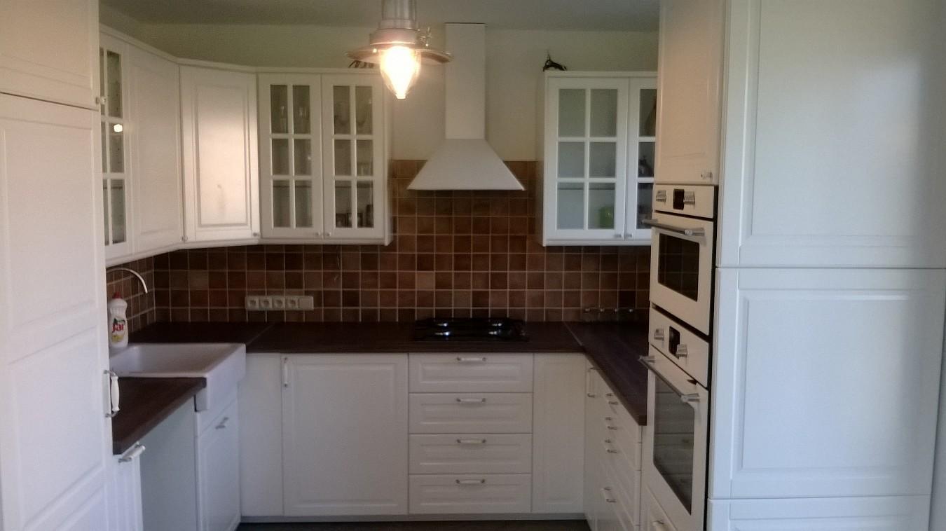 Stavba pasivního domu - Pokračujeme s kuchyní. Namontované lišty, digestoř a stropní světlo.