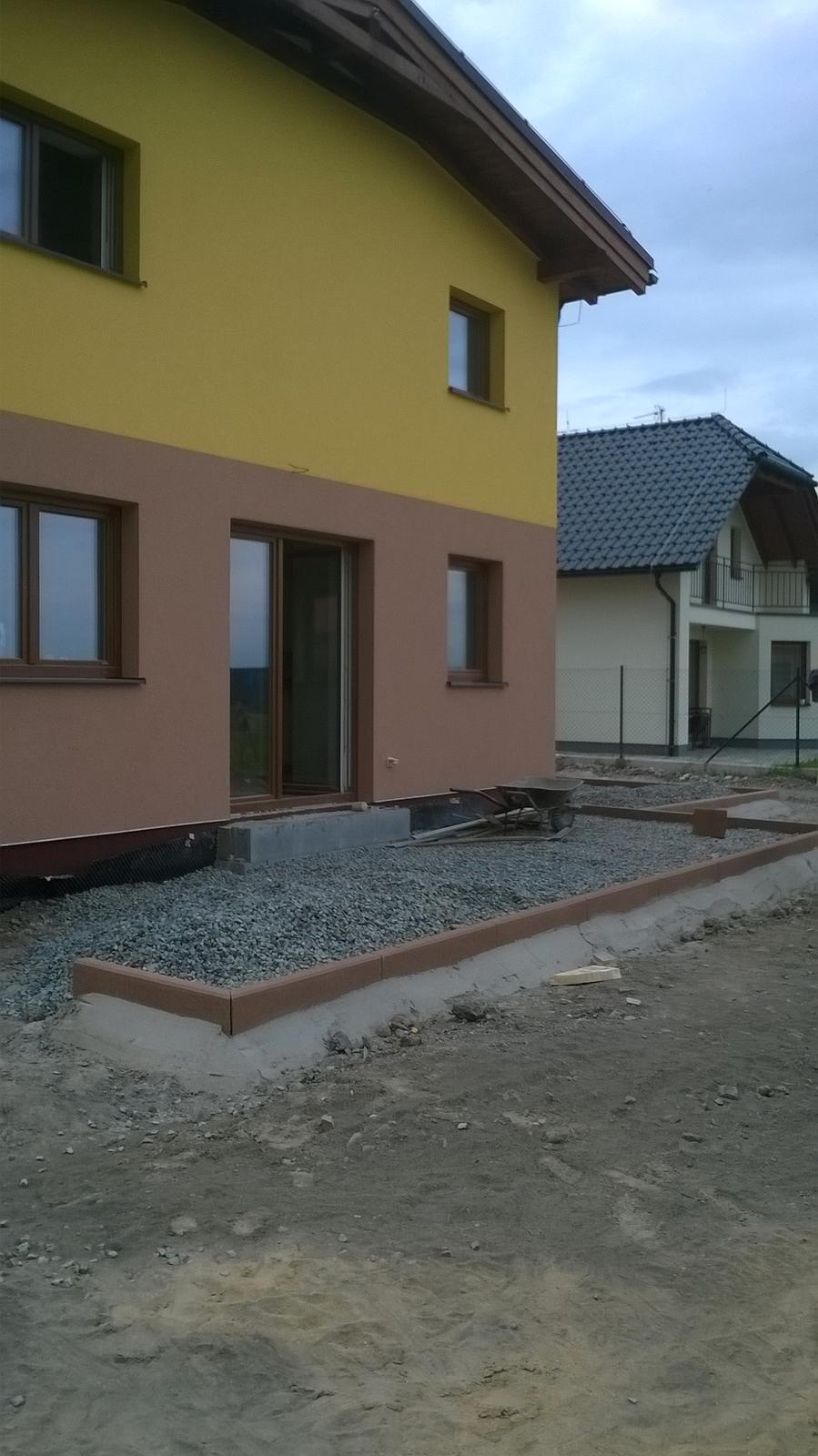 Stavba pasivního domu - Hlavní terasa - vybagrováno, obrubník zabetonován a vysypáno štěrkem