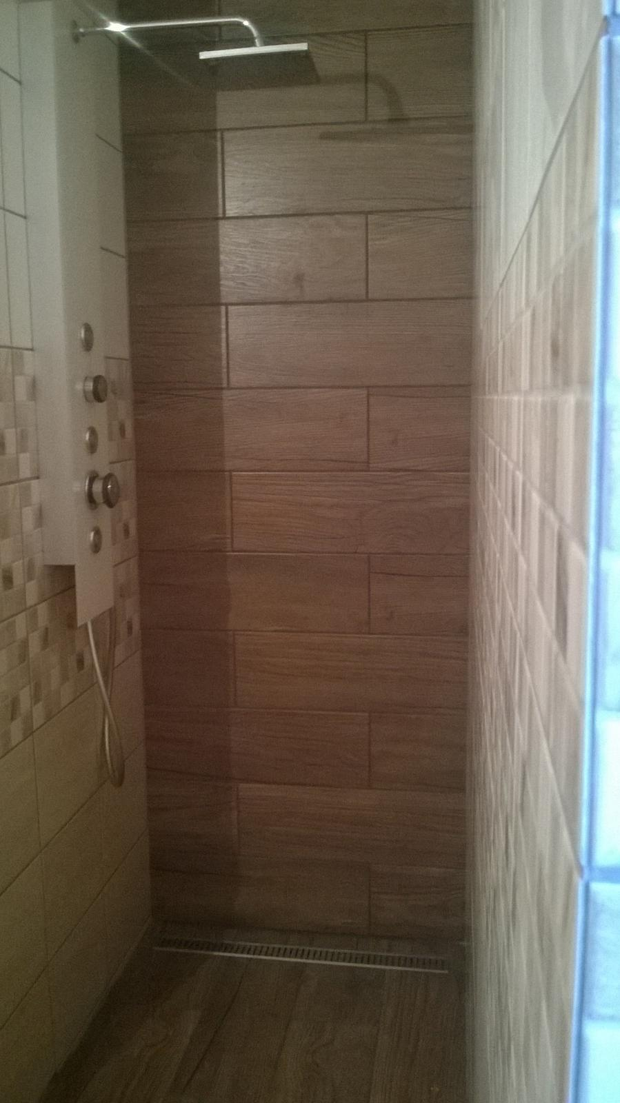 Stavba pasivního domu - Finále sprchového koutu - masážní panel a odtokový žlab nainstalován.