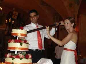 Jak se na rytirsky sal slusi a patri, dort jsme krajeli mecem - vyborny napad pana reditele :) / Not surprisingly for a Knight Hall, but very cool, we cut our cake with a real sword