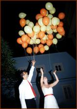 Vypousteli jsme balonky: kazdy host dostal balonek, ktery nam predal s pranim. Pote jsme vsechna prani vypustili k nebi   /    Each guest got a baloon they then gave us with their wish that they either spoke to us or kept scilent. After we collected