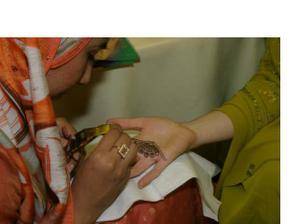 Malovani rukou hennou
