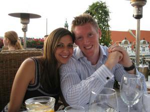 Aleemova sestra s dnes uz manzelem (vzali se bez jednoho dne rok po nasi svatbe a dnes uz maji 6 mesicni holcicku)