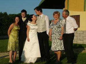 sestra, bracek, ja a misko, mamka a tatik - vsetci sa radi smejeme :)