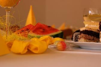 vyzdoba - zlte kvietocky a kysle lyzatka + svietniky zlto biele
