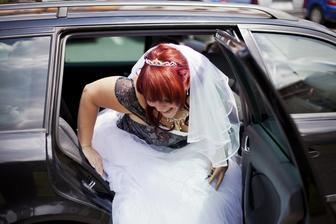 vystupování z auta se spodnicí,celkem sranda